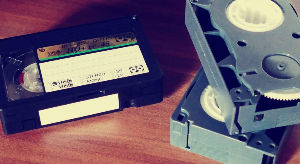 Videobanden op tafel